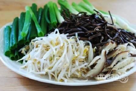 5. Подготовьте остальные ингредиенты: вымойте и нарежьте на 2-3 части зеленый лук. Соевые ростки бланшируйте в кипящей воде минутку, а после остудите. Нарежьте грибы шиитаке.