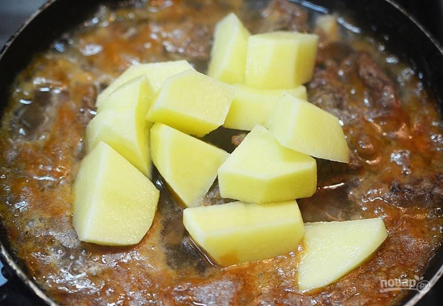7. Картофель почистите, отварите до полуготовности и добавьте к мясу. Тушите ещё 30 минут. Не забудьте посолить.