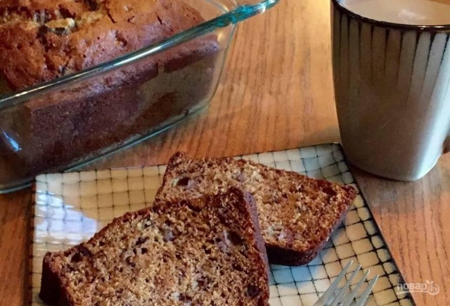 7.Готовый кекс достаньте из формы и остудите, затем нарежьте кусочками и подавайте.