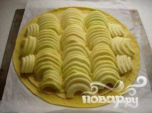 Очистите 4 яблока, удалите у них сердцевину, нарежьте фрукты ломтиками. Положите ломтики яблок на тесто.