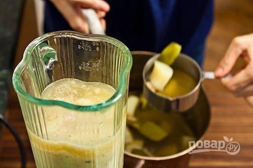 9.Переложите овощи в чашу блендера (или используйте погружной) и немного измельчите, затем влейте бульон.