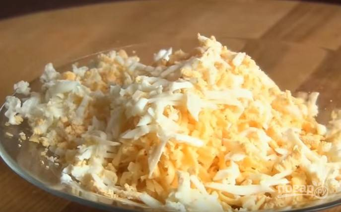 2. Сыр и яйца натрите на крупной терке.