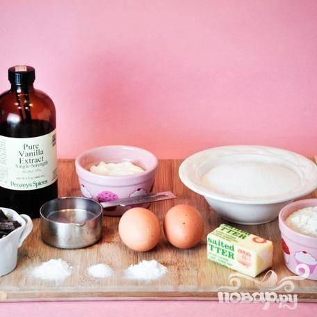 1. Разогреть духовку до 175 градусов. В большой миске смешать муку, разрыхлитель, соду и соль. В миске взбить масло и сахар вместе. Добавить  расплавленный шоколад и тщательно взбить. Добавить яйца, по одному за раз, продолжая взбивать. Добавить ванильный экстракт, сметану и взбивать 1 минуту.   Добавить половину мучной смеси и хорошо перемешать. Добавить воду, затем добавить оставшуюся муку и тщательно перемешать.