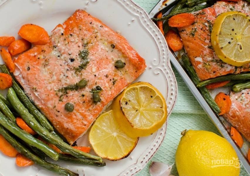 5. Запекайте рыбу с гарниром в духовке при 180 градусах в течение 25 минут. Приятного аппетита!