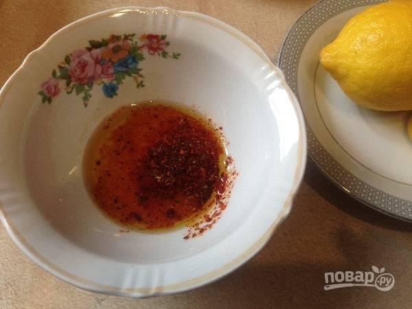 3. Для заправки смешиваем оливковое масло, лимонный сок, сумах и соль.