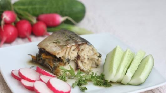 6. За 5 минут до готовности фольгу можно аккуратно развернуть и зажарить рыбку до аппетитной корочки. Когда скумбрия с овощами в фольге в домашних условиях готова, ее можно подавать к столу с овощами или гарниром.