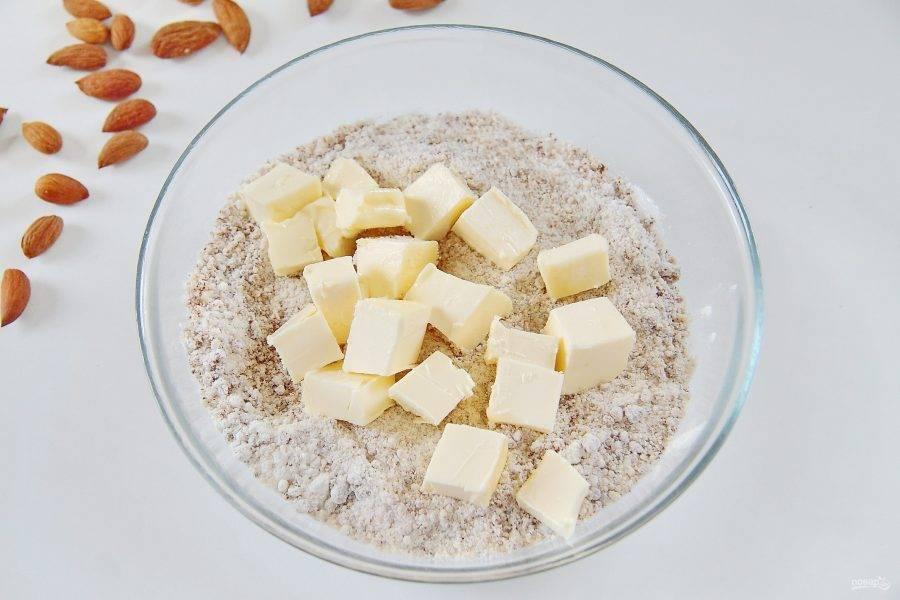 4. Перемешайте и добавьте нарезанное кусочками мягкое сливочное масло.