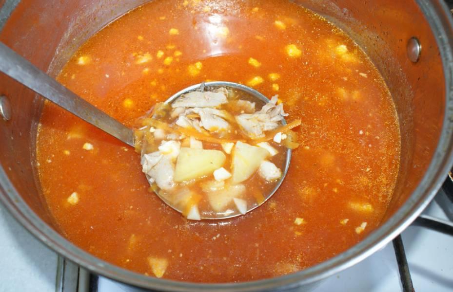 Картофель практически сварился. Добавляем мясо в бульон, также кладем сваренные измельченные яйца и овощную зажарку. Варим еще 5 минут.