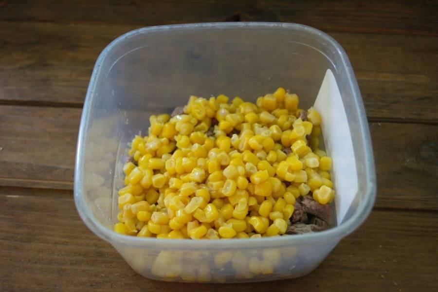 Кукурузу открыть, слить воду. Саму кукурузу добавить в салатник.