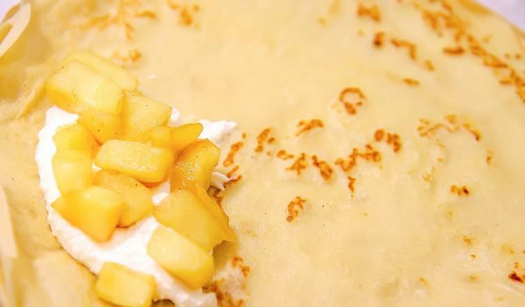 Разложите на тарелке блинчик, выложите в центр по 1 ст.л. яблок и творога. Сверните блинчик конвертиком или трубочкой.