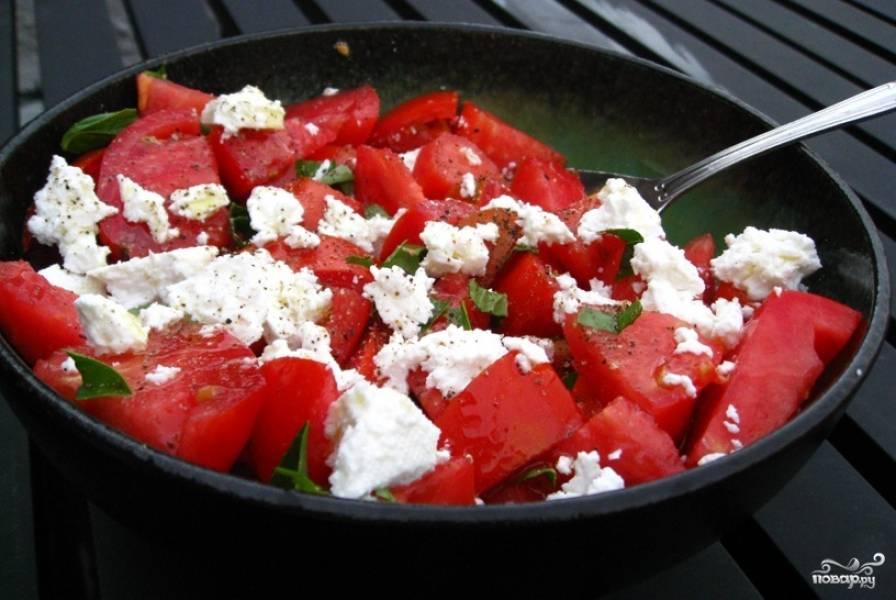 Салат из помидоров с сыром фета