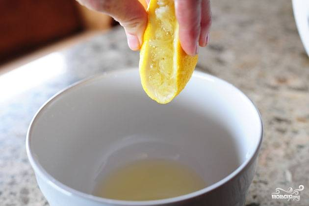 Яйца остудить прохладной водой, а тем временем выдавить сок из лимона.