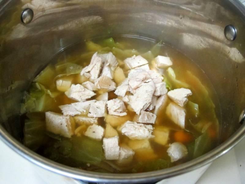3. В суп добавим всяческие приправы и специи на свое усмотрение. Пускай овощи доходят до готовности, а курицу вынимаем и нарезаем на кусочки. Бросаем обратно в суп.