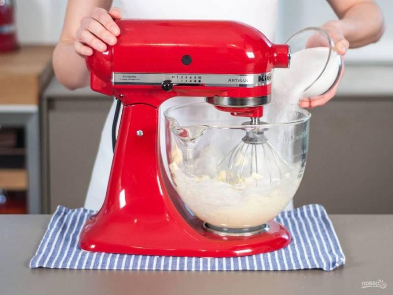В другой посуде взбейте миксером масло с сахаром. Разогрейте духовку до 180 градусов.