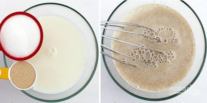 1. Для приготовления опары соедините грамм 50 сахара, дрожжи и теплое молоко.