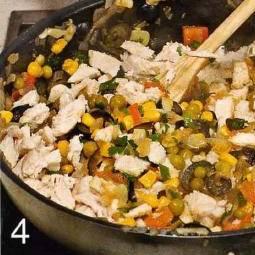 чеснок и лук почистить, мелко порубить. Сделать крестообразный надрез на помидорах, опустить их на пол минуты в кипящую воду, затем обдать холодной водой и удалить кожицу. Мякоть нарезать кусочками. Маслины измельчить. В сотейнике нагреть оставшееся масло и обжарить лук с чесноком до золотистого цвета. Добавить маслины и помидоры, влить 2 ст.л. бульона, тушить 15 мин. Добавить нарезанную курицу и кукурузу с горошком, перемешать.