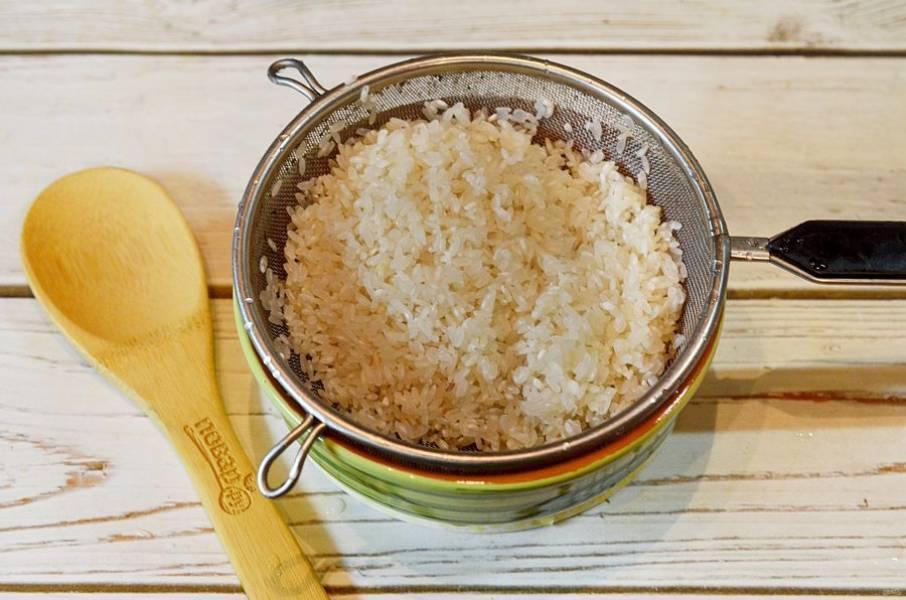 1. Рис промойте и высушите на полотенце.