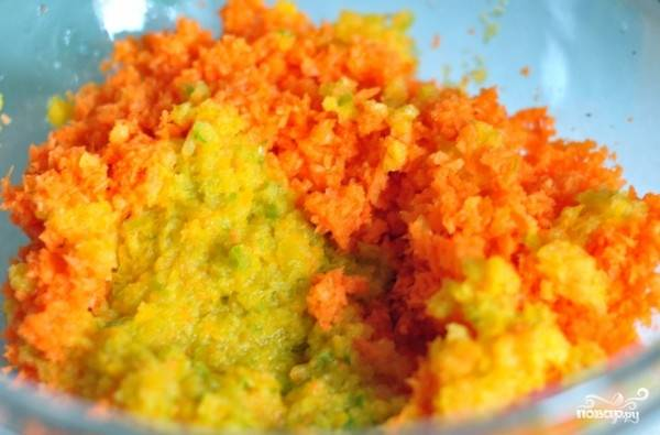 Измельчим морковь и перец в блендере.