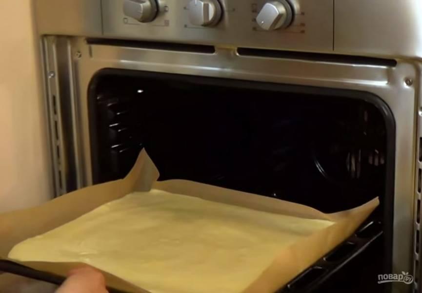3.  Равномерно распределите тесто по бумаге для выпечки и отправьте в разогретую до 190 градусов духовку на 10-12 минут до легкого золотистого цвета.