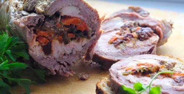 Как рулет сварится, дайте ему остыть, потом отправьте в холодильник часов на 5 минимум. Только после этого можно снять пакеты и пленку.  Готовый рулет из говядины с начинкой можно подать, украсив зеленью или добавив соус к мясу. Приятного аппетита!