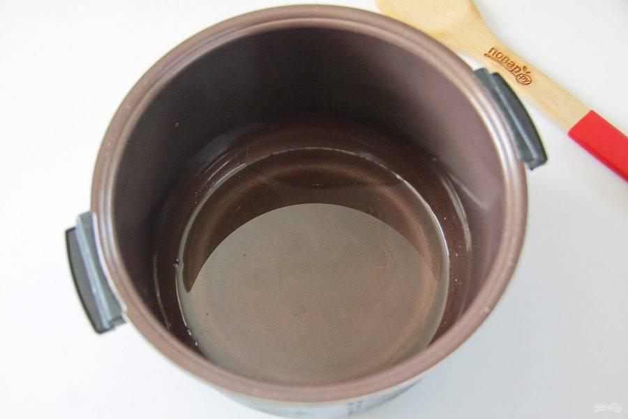 В чашу мультиварки налейте уксус и масло.