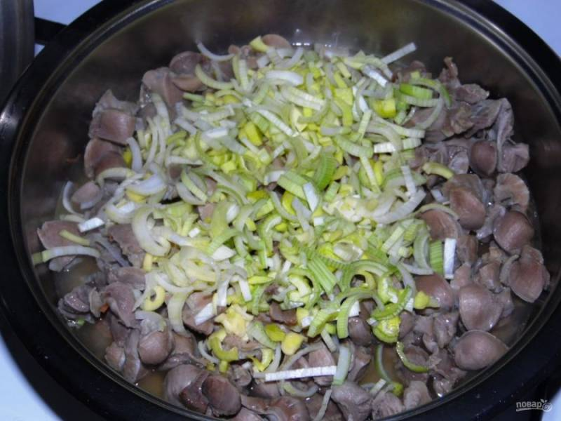 3. Отварные желудочки нужно отправить на сковороду. Немного обжарив, добавьте к ним нашинкованный лук-порей.