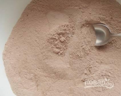 Смешиваем муку, сахар, разрыхлитель, соду и какао.