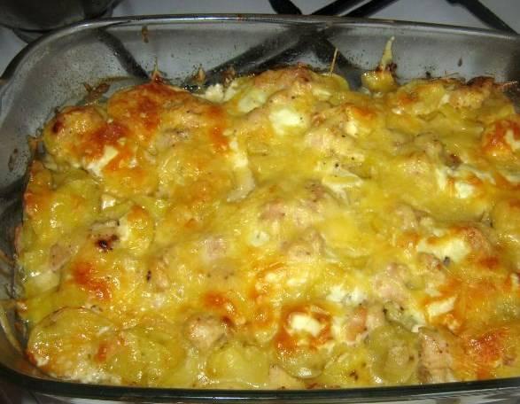 Вот такая курица с картошкой и сыром у нас получилась. Приятного аппетита!