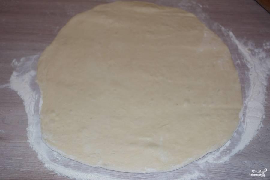 При помощи скалки раскатайте тесто в пласт.