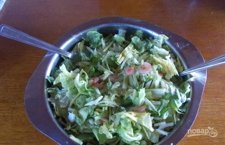 Кладем в салатницу авокадо, огурцы и креветки. Заправляем салат оливковым маслом. Перемешиваем и подаем к столу. Приятного аппетита!