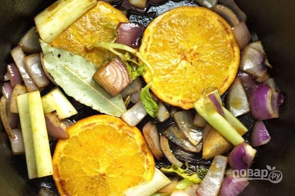 5. Уменьшите огонь, мясо снимите пока, а овощи и апельсины выложите в сотейник. Обжарьте 2-3 минуты. Добавьте специи для аромата.
