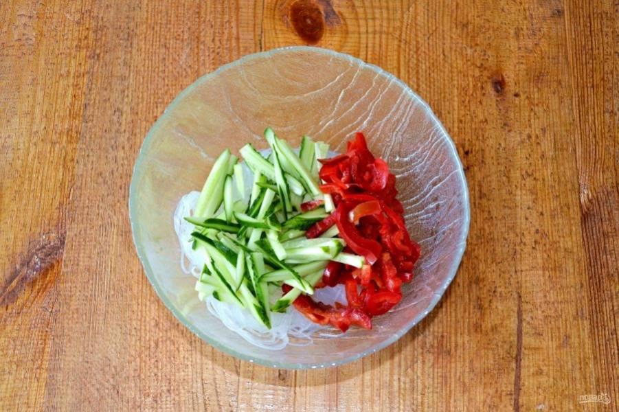 Добавьте в салатник овощи.
