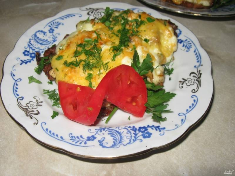 Готовое мясо по-французски без картошки получается очень сочным, подавать его хорошо с овощами и зеленью. Приятного аппетита!
