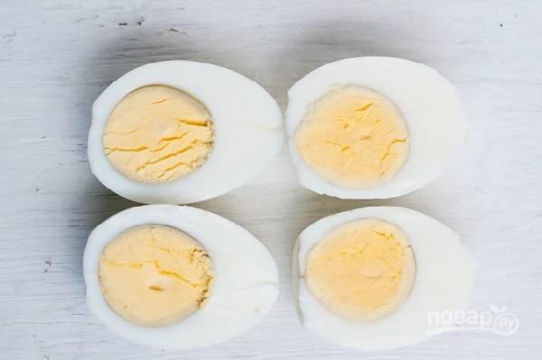 Очистим яйца, нарежем их на дольки.