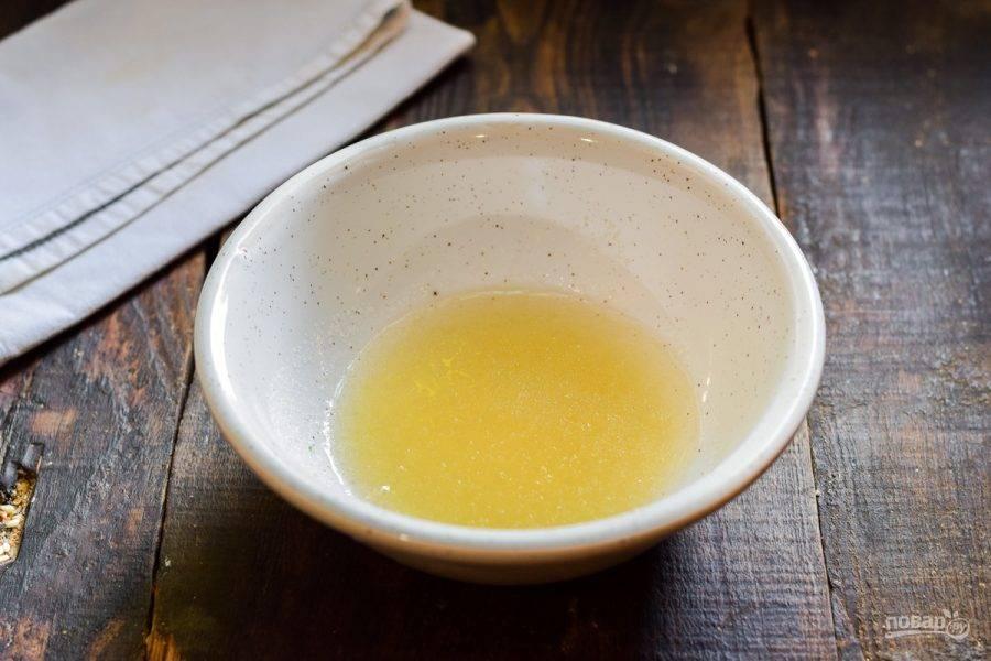 Желатин переложите в миску и залейте 50 мл. воды. Оставьте на 5-7 минут, чтобы желатин набух, после уберите в микроволновку и прогрейте до теплой воды. Оставьте на 15 секунд, чтобы желатин растопился.