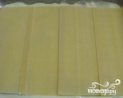 3.Для соуса смешиваем сливочное масло, молоко и муку. Формы намазываем соусом. Выкладываем слой листов. Читаем инструкцию на упаковке лазаньи. Листы лазаньи можно не отваривать.