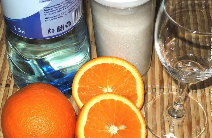 Апельсины промываем. Выжимаем из них весь сок (можно использовать для этого соковыжималку). Добавляем в апельсиновый сок сахар, тщательно перемешиваем, чтобы он растворился.