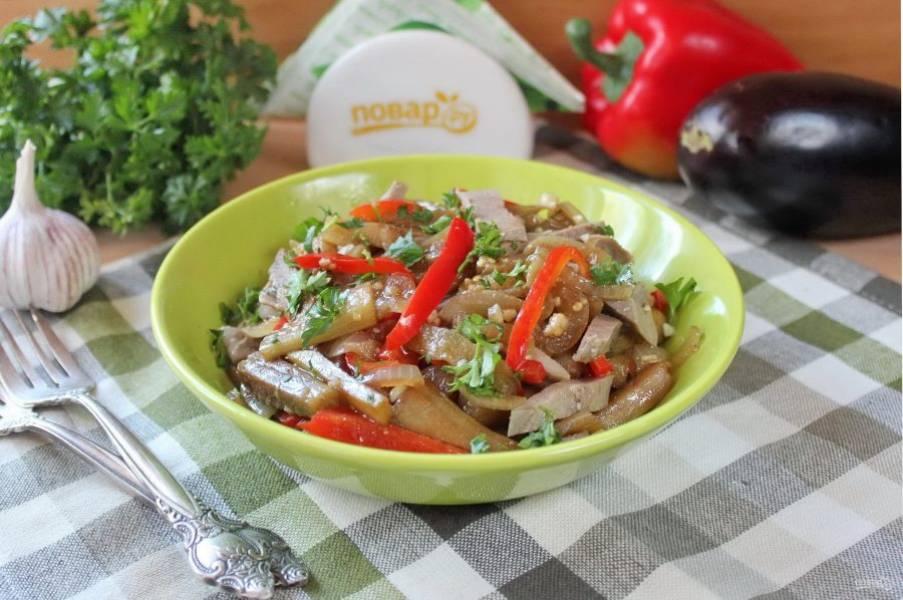 При подаче посыпьте салат измельченной зеленью. Подавайте салат в теплом виде.