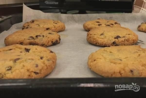 7. Замерзшие печеньки отправляем в духовой шкаф, разогретый до 180 градусов. Готовится печенье быстро: всего 20 минут. Пусть остынет, а потом можно его смело перекладывать и угощаться!