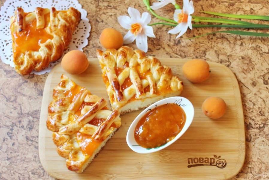 Пирог достаньте из духовки, охладите, нарежьте и подавайте к столу.