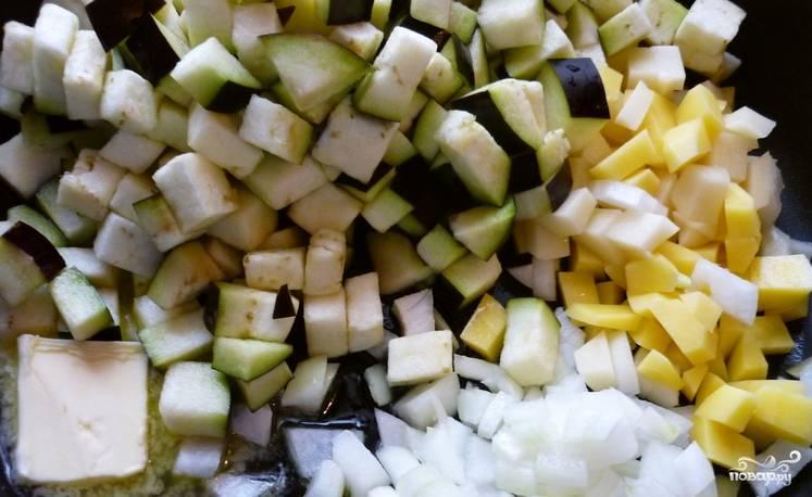 Все овощи тщательно промываем и очищаем. Измельчаем репчатый лук, картофель нарезаем небольшими кубиками. Баклажаны и болгарский перец также нарезаем кубиками. На сливочном масле обжариваем все порезанные овощи примерно 12-15 минут.