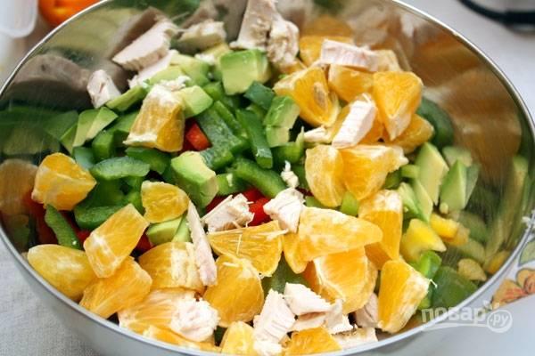 Все нарезанные ингредиенты соедините в салатнице, сделайте заправку. Смешайте масло с измельчённой мятой, мёдом, соком лимона и горчицей.