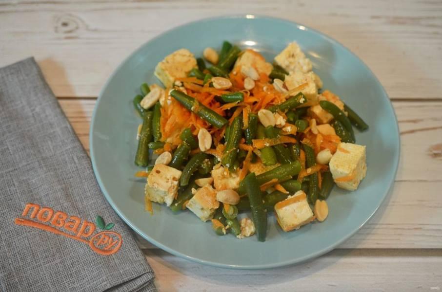 6. Соедините фасоль, морковь, тофу и немного оставшегося маринада.