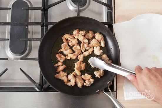 4.Курицу солю и перчу, перемешиваю, обваливаю каждый кусочек в муке и обжариваю на раскаленной сковороде с добавлением оливкового масла. Перекладываю на салфетку, чтобы избавиться от лишнего жира.