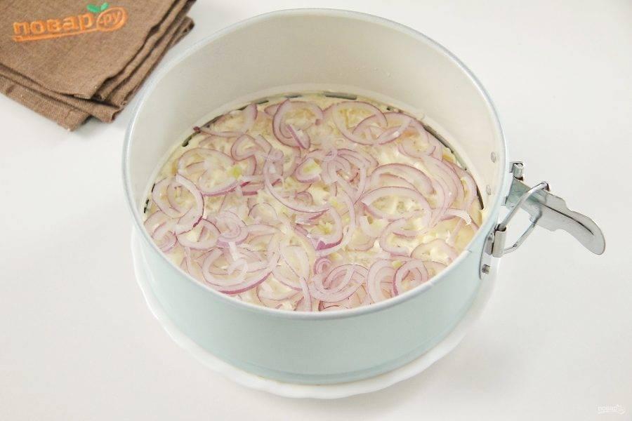 Следующим слоем положите нарезанный лук. Если используете обычный лук, то желательно его обдать кипятком или замариновать, чтобы не чувствовалась излишняя горечь в салате.