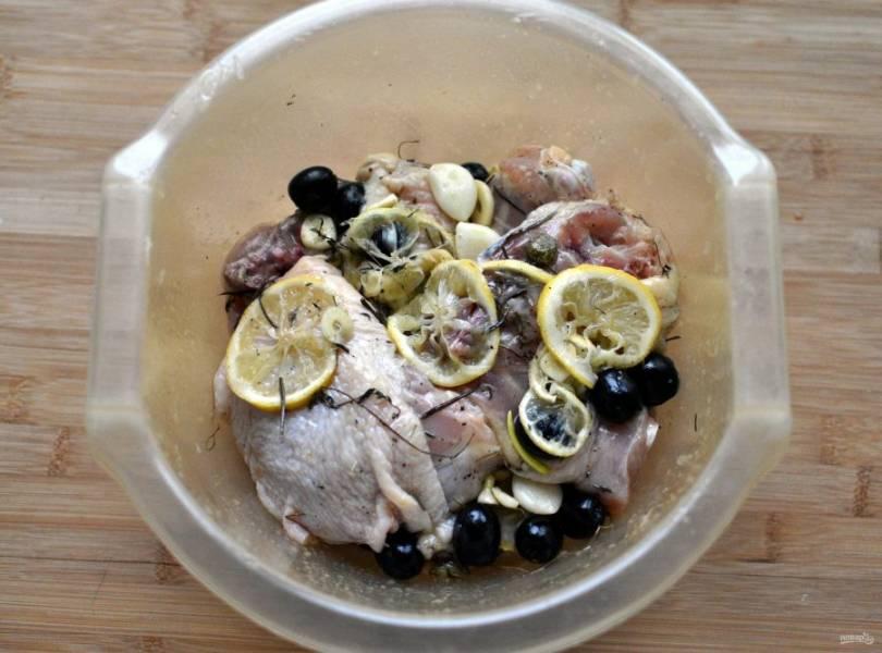 """Курицу разрежьте на порционные куски или возьмите сразу куриные """"запчасти"""". Я готовила из бедрышек. Выложите  курицу в миску с маринадом и хорошо обваляйте куски в нем. Уплотните, накройте тарелкой и маринуйте на столе, если собираетесь жарить не позже, чем через час. В противном случае уберите в холодильник."""