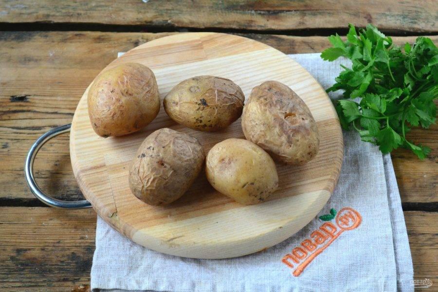 Готовый картофель выньте из фольги, слегка охладите.