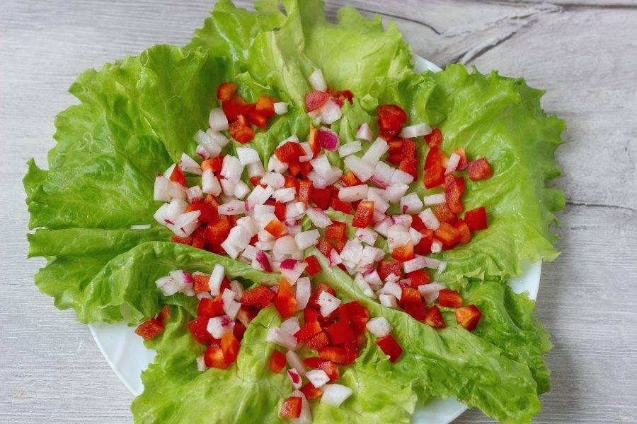 Остальной перец и редис нарежьте небольшими кубиками и разложите на салат.