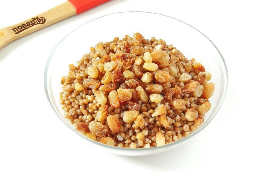 К еще горячей пшенице добавьте изюм.