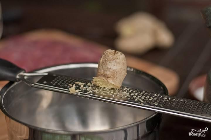 3. Натрите немного корня имбиря и цедру цитрусовых. Их использование в этот простой рецепт стейка из пашины придаст не только необыкновенный аромат, но и пикантный вкус.